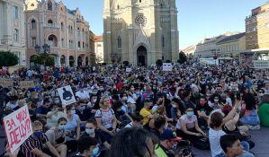Novi Sad: Protest na Trgu slobode, građani sede iz solidarnosti sa uhapšenima