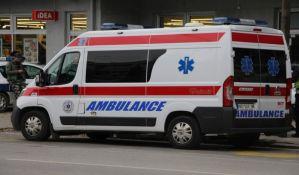 Automobil naleteo na banderu u Kisaču, prevrnuo se na krov, pa udario u autobus