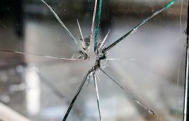 Inđija: Napali dva čoveka, oštetili automobil i razbijali stakla na kućama