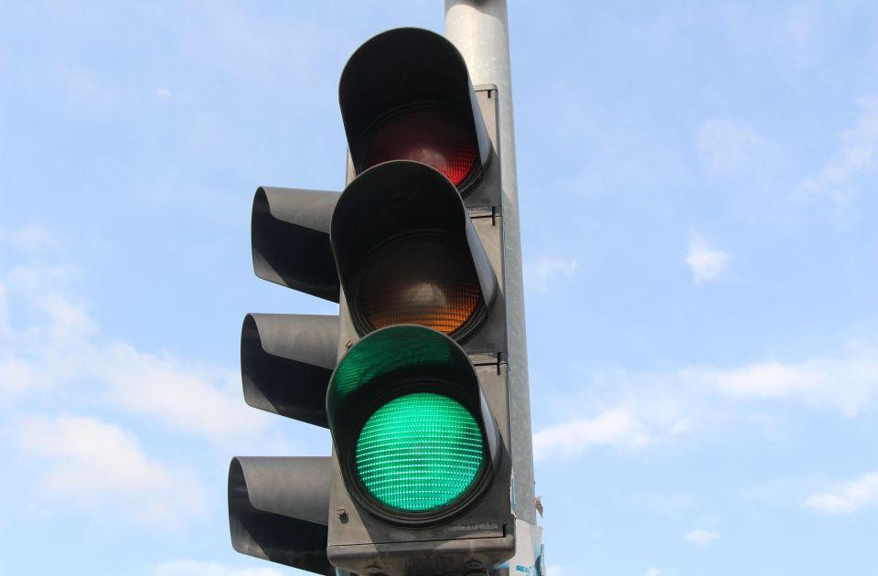 Većina vozača u Srbiji i dalje podržava trepćuće zeleno svetlo na semaforu - koliko je ono korisno?