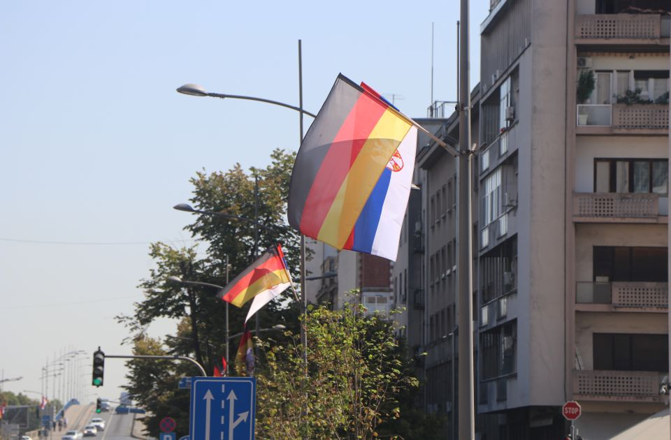 FOTO: Nemačke zastave vijore se centralnim bulevarom Novog Sada