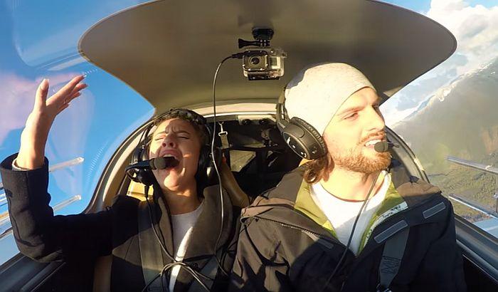 VIDEO: Rekao devojci da će se avion srušiti, a onda je zaprosio