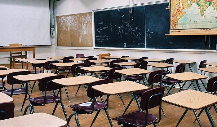 Đaci na onlajn nastavi, prosvetari upozoravaju da je država svu odgovornost prebacila na nastavnike