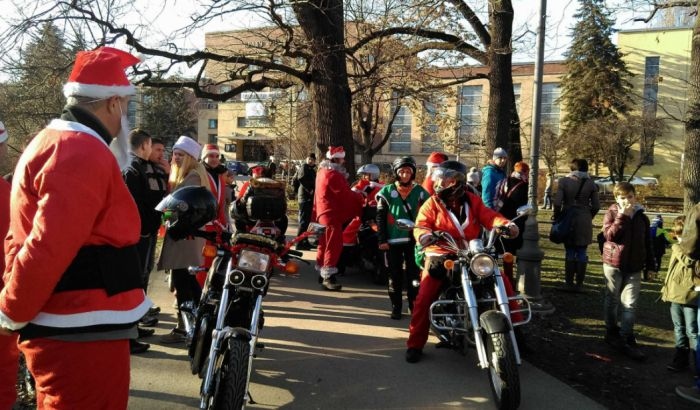 VIDEO, FOTO: Deda Mrazevi na motorima obradovali mališane u Novom Sadu