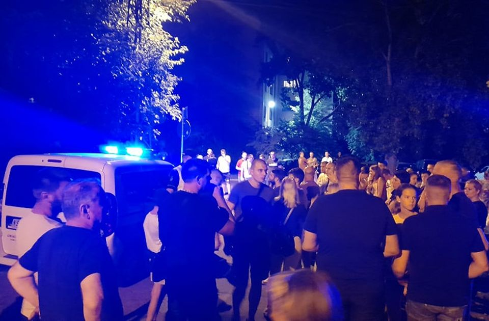 VIDEO: Građani telima blokirali automobil, stiglo još ekipa policije
