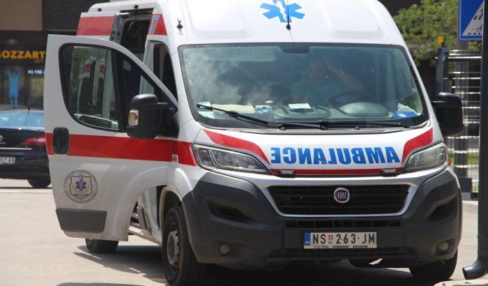 Kolima udario u drvo na parkingu na Limanu