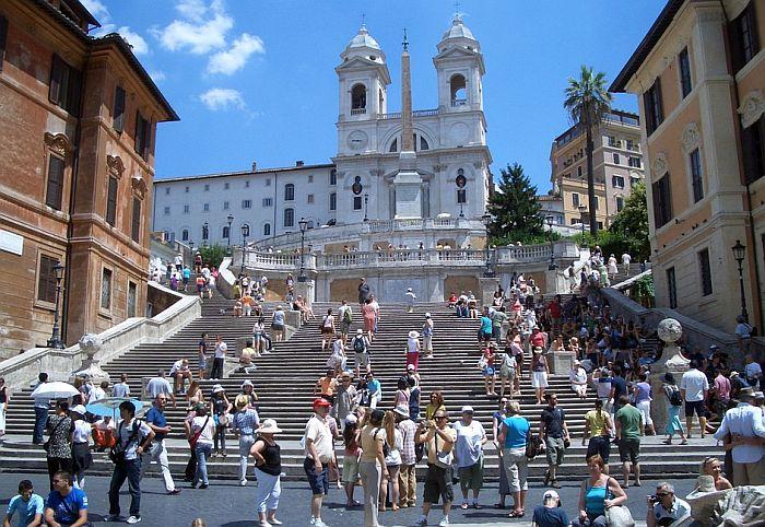 Zabranjeno sedenje na španskim stepenicama u Rimu