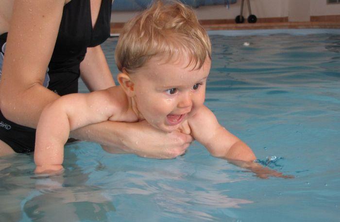 VIDEO: Dobija pretnje smrću zbog načina kako njena beba uči da pliva