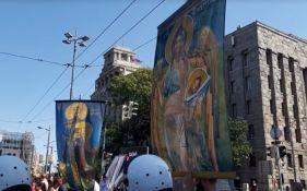 VIDEO: Protivnici Prajda blokirali centar Beograda, nose ikone i pevaju pesme o Kosovu