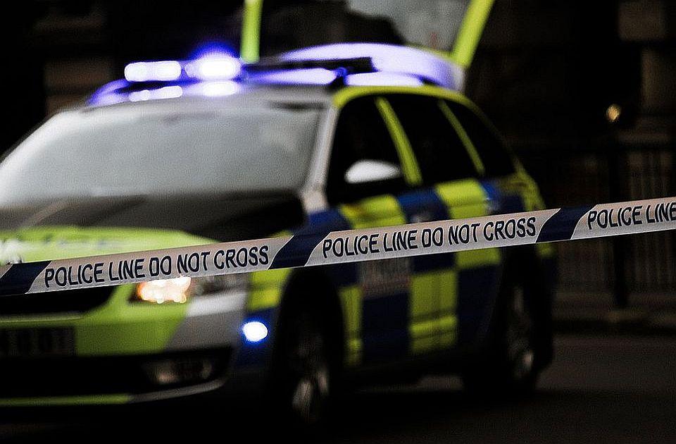 Deca pobegla iz sirotišta, provalila u kuću, pronašla oružje i pucala na policiju, devojčica ranjena