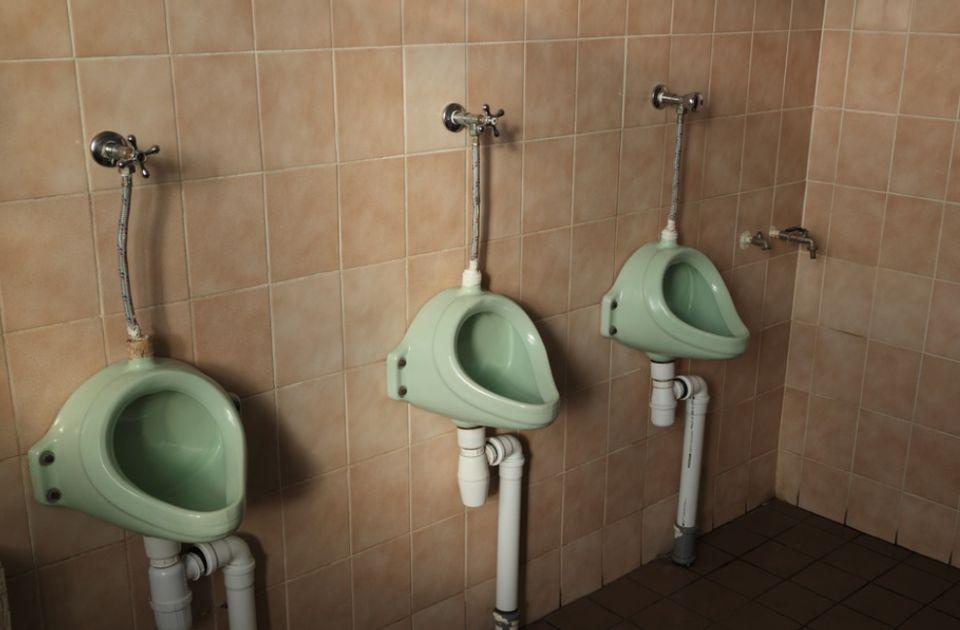 Učenici zbog TikTok izazova kradu pisoare i razbijaju pločice u toaletima