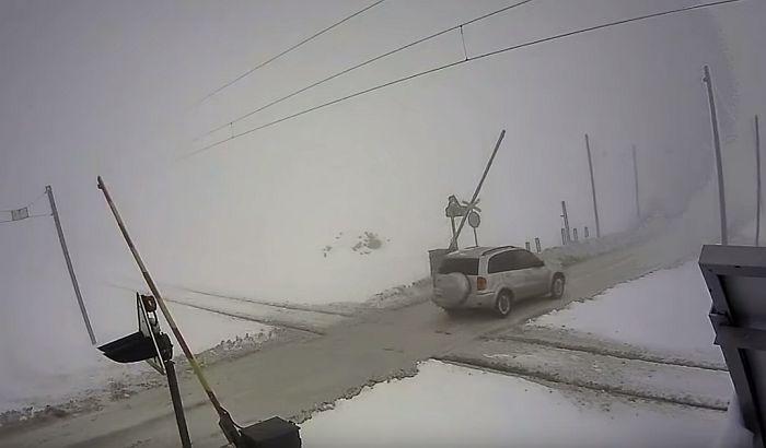 VIDEO: Vozači ignorišu rampu postavljenu nakon sudara voza i autobusa