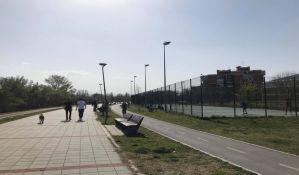 FOTO: Gužve na keju i novosadskim igralištima, policija terala građane da se raziđu