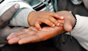 Centri za socijalni rad decu koja prose ili rade odvajaju od roditelja jer su siromašni