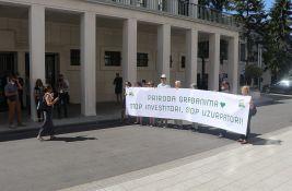 FOTO: Nekoliko građana je, ipak, protestovalo zbog usvajanja plana novog mosta u Novom Sadu