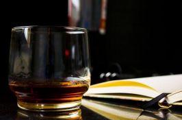 Sveštenik viskijem privlači vernike u crkvu