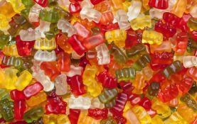 Policija donirala siromašnoj deci 100 kilograma zaplenjenih slatkiša