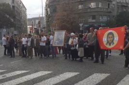 Na protestu protiv korona mera učesnici zapalili LGBT zastavu