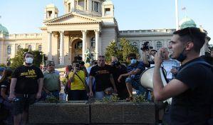 UŽIVO Beograd: Demonstrant uboden nožem ispred Skupštine Srbije