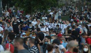UŽIVO Beograd: Demonstrant uboden nožem, probijena ograda Skupštine