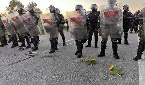 Novi Sad: Cveće za policijski kordon, građani šetali nekoliko sati