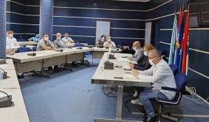 U Novom Sadu od danas zabranjeno okupljanje više od 10 osoba, skraćeno radno vreme kafića i prodavnica