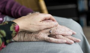 Dinamika smeštanja starih ljudi u privatne domove o trošku države zavisi od socijalnih radnika