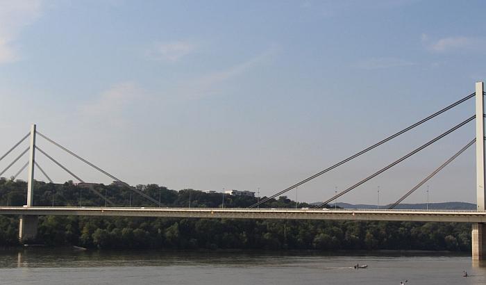 Policajci sprečili mladića da skoči sa Mosta slobode
