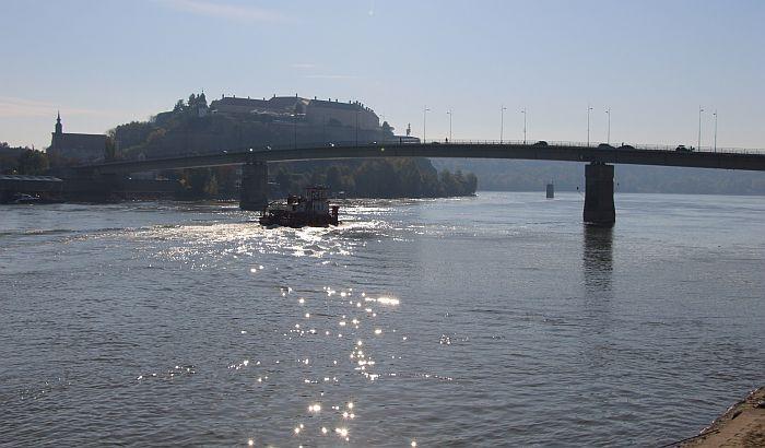 Žena skočila sa Varadinskog mosta, spasli je policajci