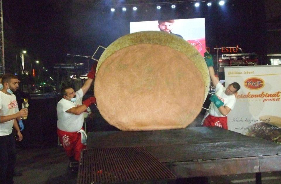 FOTO: Pljeskavica od 67 kilograma - oboren rekord na Roštiljijadi u Leskovcu