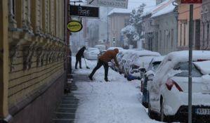 FOTO: Sneg otežao saobraćaj, zimske službe na ulicama Novog Sada