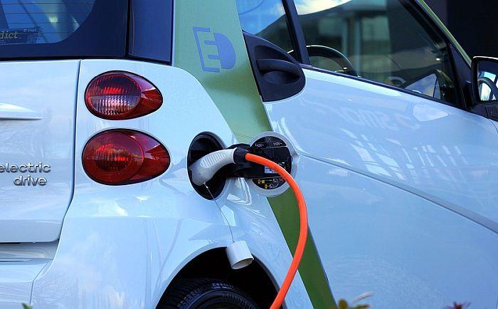 Hibridna i e-vozila će plaćati struju na punjačima, ali će putarina za njih biti jeftinija