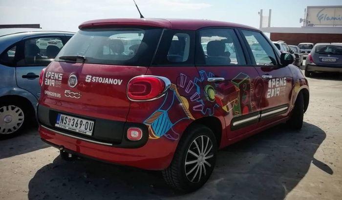 FOTO: Službeno vozilo OPENS-a uslikano u Grčkoj, u pitanju međunarodni projekat crtanja murala