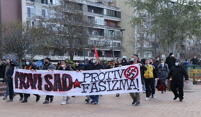 """FOTO, VIDEO: Održan protest """"Novi Sad protiv fašizma"""", policija udaljila učesnike """"kontramitinga"""" sa keja"""