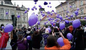 FOTO: Dan prevremeno rođenih beba obeležen na Trgu slobode, Novi Sad obojen u ljubičasto