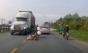 VIDEO: Majka u poslednjem momentu spasila dete da ga ne pregazi kamion