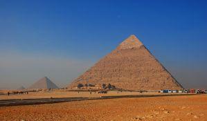 Danski par se slikao nag na vrhu piramide u Gizi