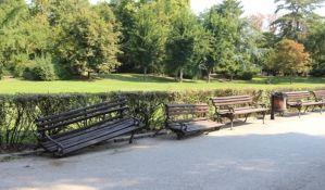 FOTO: Vandali polomili dve klupe u Dunavskom parku