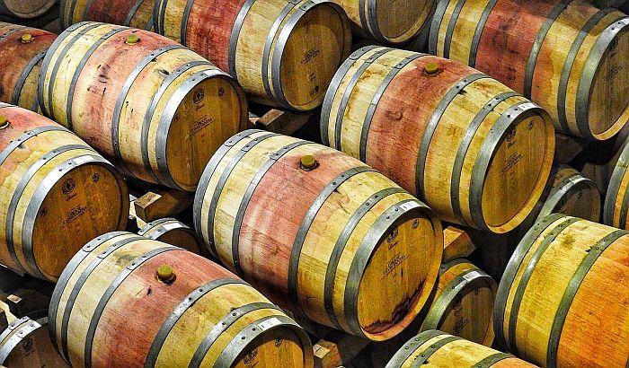 Više od 97.000 galona crnog vina iscurilo u reku u Kaliforniji