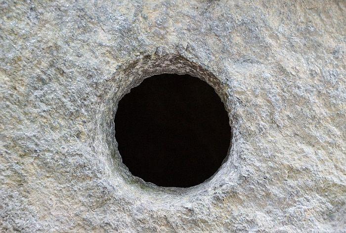 Probio plafon podruma kako bi opljačkao poštu u Surčinu