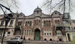 FOTO: Fasada palate Tomin na Trgu Marije Trandafil u lošem stanju, otpadaju delovi fasade