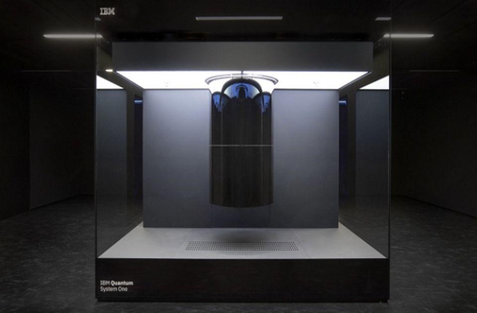 VIDEO: IBM predstavio novi kvantni računar, smešten u ogromnoj staklenoj kocki