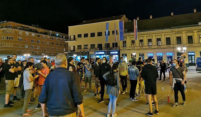 VIDEO: Završen protest u Novom Sadu, policija čuvala Gradsku kuću