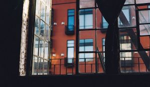 Ispali kroz prozor devetog sprata dok su vodili ljubav, devojka poginula