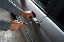 Iz tri automobila u Inđiji ukrao novčanike i koristio platne kartice