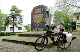 Novosađanin verglao 1.035 kilometara kroz ravnicu: Papirni cvetovi za 106 antifašističkih spomenika