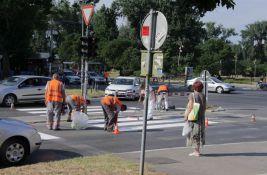 FOTO: Gužve na Mostu slobode zbog farbanja pešačkih prelaza