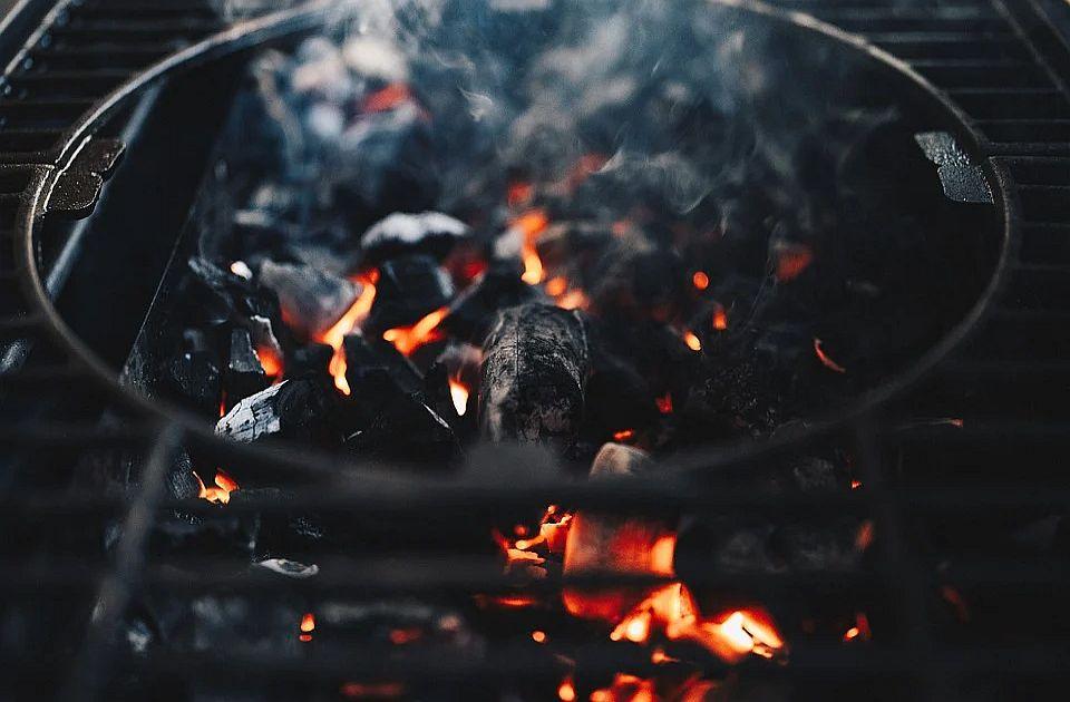Beograd zabranjuje otvoreni plamen i ćumur u stambenim zgradama