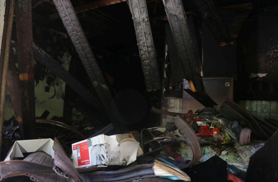FOTO, VIDEO: Na Satelitu goreo stan prepun smeća, građani bez vode i struje, najavljena pomoć