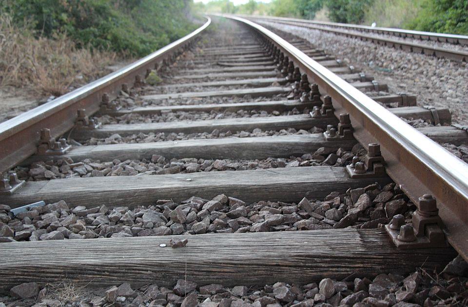 Kolima naleteo na drugo vozilo i oba pala na prugu kod Raške, poginuo muškarac